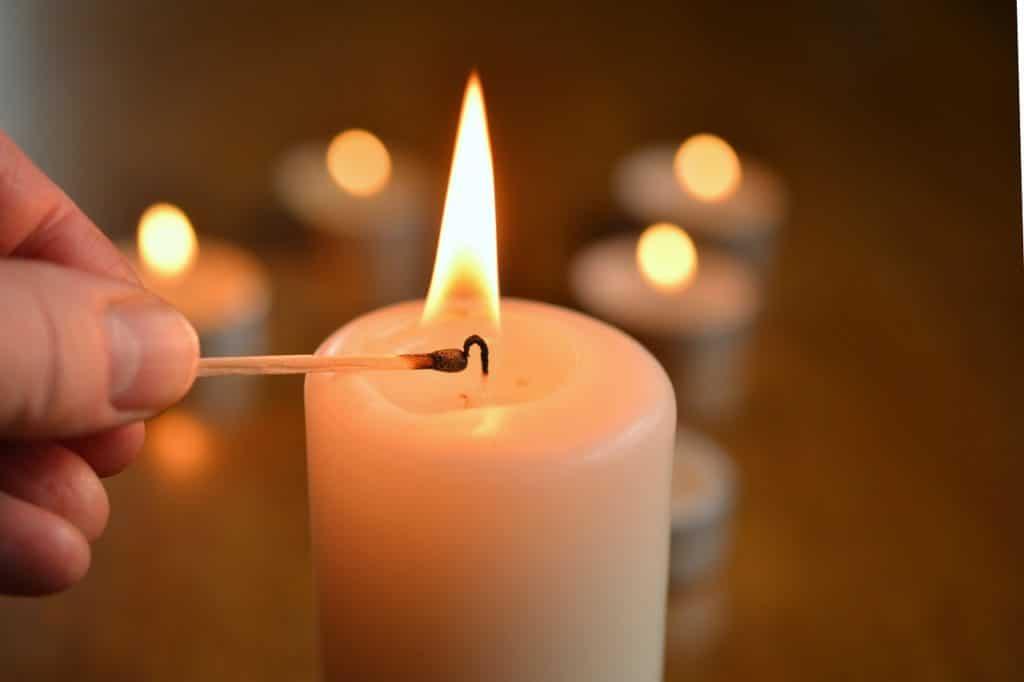 Zapaľovanie biele valcové sviečky
