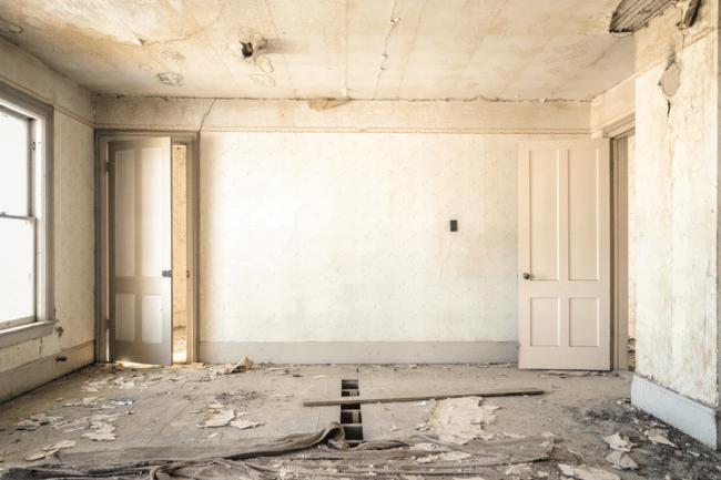 Zanedbaná a prázdna miestnosť v staršom dome