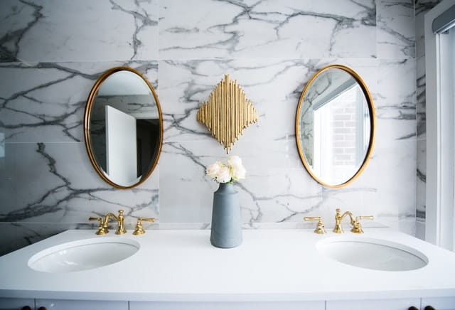 dve_okrúhle_zrkadlá_v_kúpeľni_s_rámom