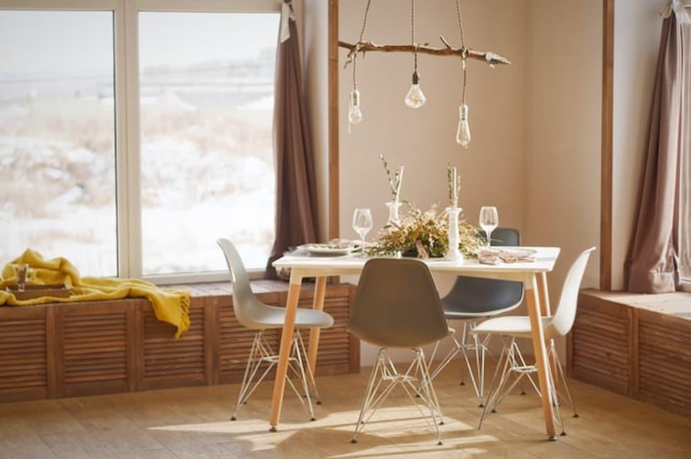 biely-jedalensky-stol-so-svetlymi-stolickami-vo-vidieckom-style