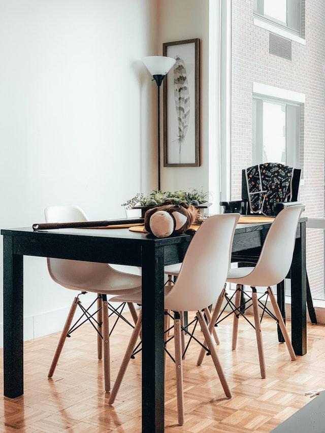 cierny-jedalensky-obdlznikovy-stol-a-svetle-jedalenske-stolicky-v-skandivanskom-style