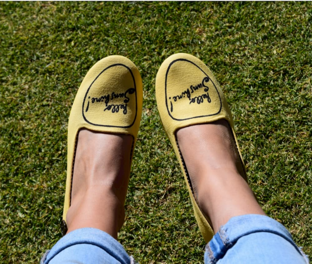 barefoot-topanky-zenske-nohy-v-barefoot-topankach-sediace-na-trave