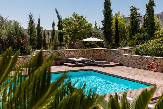 leto-na-zahrade-zahradny-bazen