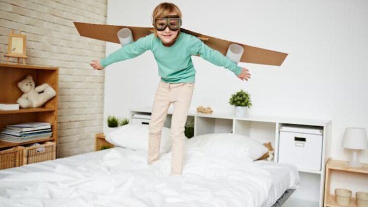 chlapec_na_detskej_posteli_v_detskej_izbe