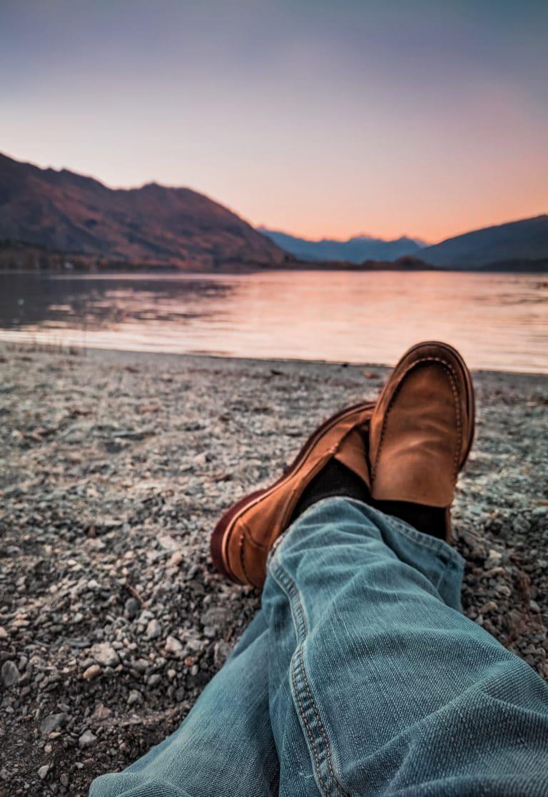 barefoot-topanky-panske-hnede-na-kamennej-plazi
