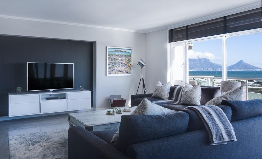moderna-obyvacia-izba-s-velkym-oknom-televiziou