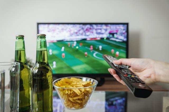 televizia-futbalovy-zapas-pivo-cipsy-dialkovy-ovladac