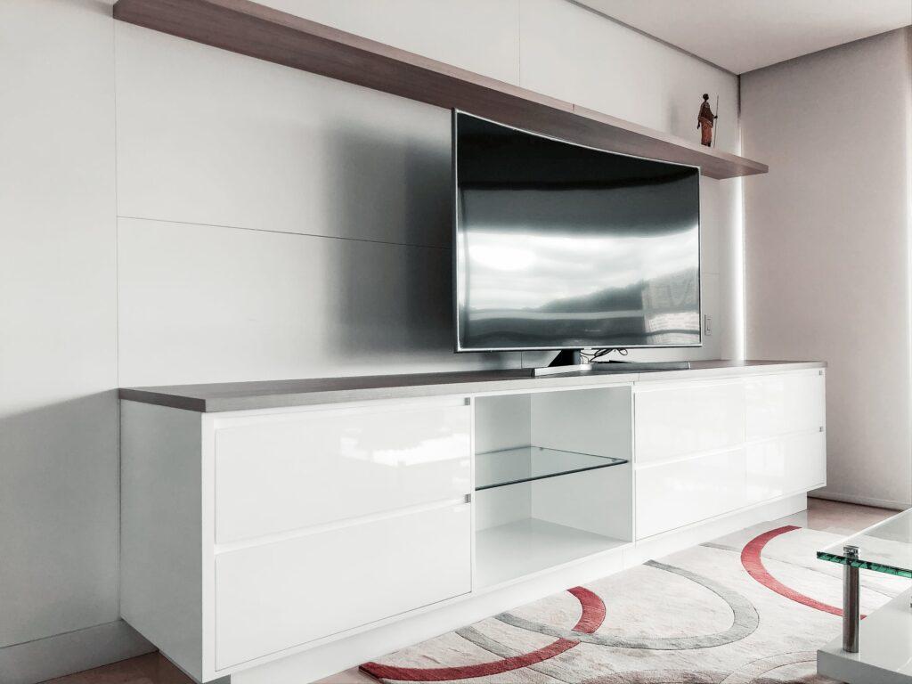 televizia-v-minimalistickej-obyvacej-stene