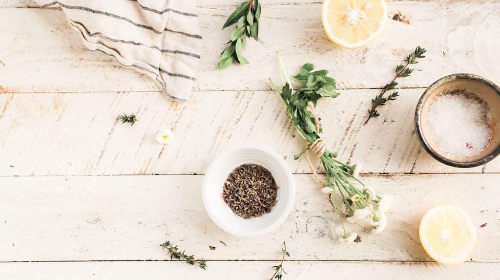 ako-pestovat-bylinky-doma-bylinkova-zahrada
