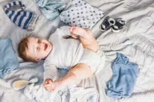 usmiate-dieta-v-bielych-dupackach-detske-oblecenie-okolo-na-posteli