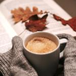 jesenna atmosfra kniha susene listy tepla kava ktoru drzia ruky vo svetri
