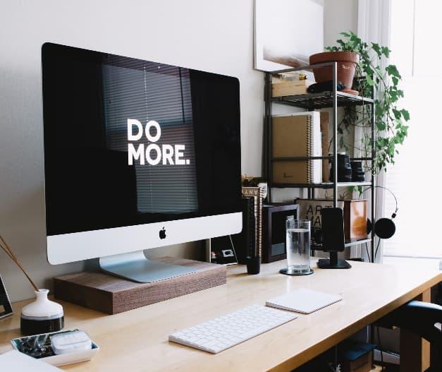 stol na PC vo svetlom prevedeni podstavcom na monitor a monitorom