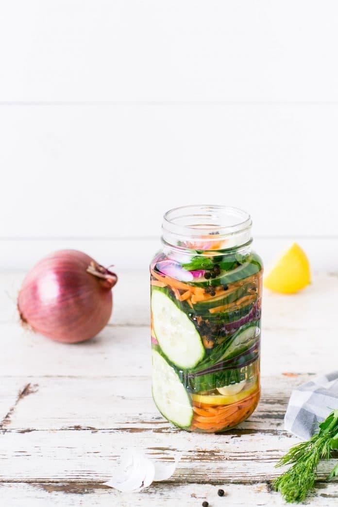 fermentova a kvasena zelenina v mensej flaske