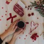 vianocne dekoracie na zemi v cervenych farbach