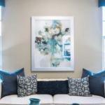 modra farba v interieri v obyvacke v podobe doplnkov